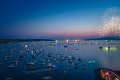 Vancouver A.C. Canadá, julio 28,2018 La celebración de Honda de la luz, fuegos artificiales de la noche de Suráfrica en la bahía  fotos de archivo