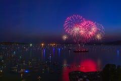 Vancouver A.C. Canadá, julio 28,2018 La celebración de Honda de la luz, fuegos artificiales de la noche de Suráfrica en la bahía  fotografía de archivo libre de regalías
