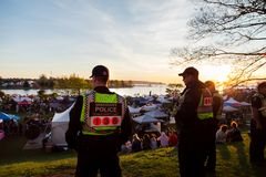 VANCOUVER, A.C., CANAD? - 20 DE ABRIL DE 2019: Oficiales de polic?a de Vancouver que patrullan a la muchedumbre en el festival 42 foto de archivo libre de regalías