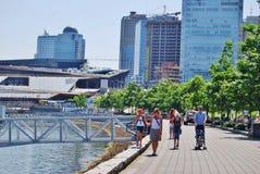 La gente che cammina a lungomare di Vancouver, Canada Fotografie Stock Libere da Diritti