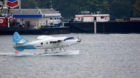 VANCOUVER, CA - septiembre de 2014 - los hidroaviones aterriza y saca en el puerto Imagen de archivo