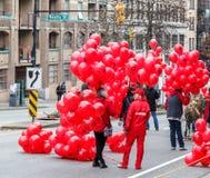 VANCOUVER, CANADÁ - 2 de febrero de 2014: Gente que se prepara para marchar en el desfile chino del Año Nuevo en Vancouver Chinat Imagen de archivo
