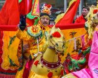 VANCOUVER, CANADÁ - 18 de febrero de 2018: La gente en caballos en el Año Nuevo chino desfila en Vancouver Chinatown Imagen de archivo libre de regalías