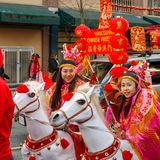 VANCOUVER, CANADÁ - 18 de febrero de 2018: La gente en caballos en el Año Nuevo chino desfila en Vancouver Chinatown Fotografía de archivo libre de regalías