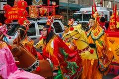 VANCOUVER, CANADÁ - 18 de febrero de 2018: La gente en caballos en el Año Nuevo chino desfila en Vancouver Chinatown Fotos de archivo