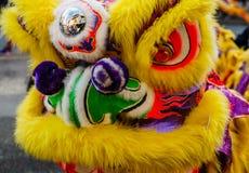 VANCOUVER, CANADÁ - 18 de febrero de 2014: La gente en Lion Costume amarillo en el Año Nuevo chino desfila en Vancouver Chinatown Fotos de archivo