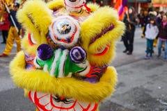 VANCOUVER, CANADÁ - 18 de febrero de 2014: La gente en Lion Costume amarillo en el Año Nuevo chino desfila en Vancouver Chinatown Foto de archivo libre de regalías