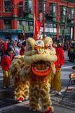 VANCOUVER, CANADÁ - 18 de febrero de 2014: La gente en Lion Costume amarillo en el Año Nuevo chino desfila en Vancouver Chinatown Imagenes de archivo