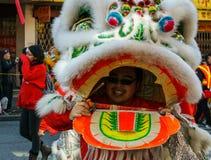 VANCOUVER, CANADÁ - 18 de febrero de 2014: La gente en Lion Costume blanco en el Año Nuevo chino desfila en Vancouver Chinatown Fotografía de archivo libre de regalías