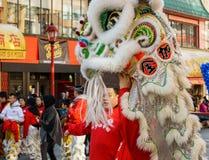 VANCOUVER, CANADÁ - 18 de febrero de 2014: La gente en Lion Costume blanco en el Año Nuevo chino desfila en Vancouver Chinatown Imagenes de archivo