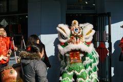 VANCOUVER, CANADÁ - 18 de febrero de 2014: La gente en Lion Costume blanco en el Año Nuevo chino desfila en Vancouver Chinatown Fotografía de archivo
