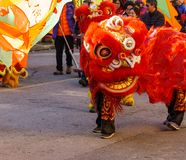 VANCOUVER, CANADÁ - 18 de febrero de 2014: La gente en Lion Costume rojo en el Año Nuevo chino desfila en Vancouver Chinatown Fotos de archivo