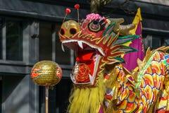 VANCOUVER, CANADÁ - 18 de febrero de 2018: La gente que juega el dragón baila por Año Nuevo chino en Chinatown Imágenes de archivo libres de regalías