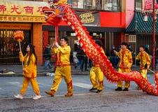 VANCOUVER, CANADÁ - 18 de febrero de 2018: La gente que juega el dragón baila por Año Nuevo chino en Chinatown Fotos de archivo libres de regalías
