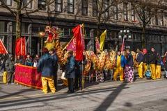 VANCOUVER, CANADÁ - 18 de febrero de 2018: La gente que juega el dragón baila por Año Nuevo chino en Chinatown Imagen de archivo