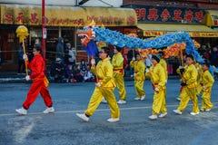 VANCOUVER, CANADÁ - 18 de febrero de 2018: La gente que juega el dragón baila por Año Nuevo chino en Chinatown Imagen de archivo libre de regalías