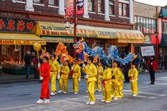 VANCOUVER, CANADÁ - 18 de febrero de 2018: La gente que juega el dragón baila por Año Nuevo chino en Chinatown Fotos de archivo