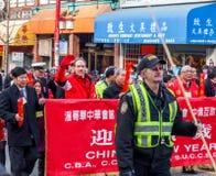 VANCOUVER, CANADÁ - 2 de febrero de 2014: La gente que marcha en el Año Nuevo chino desfila en Vancouver Chinatown Imagen de archivo