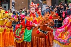 VANCOUVER, CANADÁ - 2 de febrero de 2014: La gente que marcha en el Año Nuevo chino desfila en Vancouver Chinatown Imagen de archivo libre de regalías