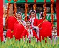 VANCOUVER, CANADÁ - 2 de febrero de 2014: La gente que marcha en el Año Nuevo chino desfila en Vancouver Chinatown Foto de archivo libre de regalías
