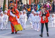 VANCOUVER, CANADÁ - 18 de febrero de 2018: La gente que marcha en el Año Nuevo chino desfila en Vancouver Chinatown fotografía de archivo libre de regalías