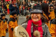 VANCOUVER, CANADÁ - 2 de febrero de 2014: Las primeras mujeres de las naciones que marchan en el Año Nuevo chino desfilan en Vanc Foto de archivo