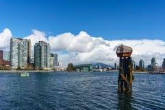 VANCOUVER, CANADA - 25 février 2018 : False Creek dans le Canada de Vancouver au jour d'hiver ensoleillé Image stock