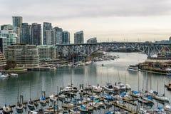 Vancouver, Canada - 9 février 2018 : Vue de pont de Burrard vers Granville Island et Vancouver du centre Photos libres de droits