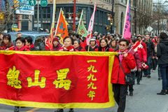 VANCOUVER, CANADA - Februari 2, 2014: De mensen die bij Chinees Nieuwjaar marcheren paraderen in de Chinatown van Vancouver Royalty-vrije Stock Fotografie
