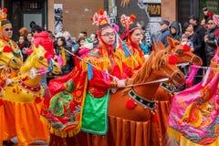 VANCOUVER, CANADA - Februari 2, 2014: De mensen die bij Chinees Nieuwjaar marcheren paraderen in de Chinatown van Vancouver Stock Foto's