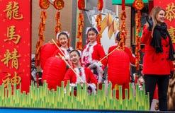 VANCOUVER, CANADA - Februari 2, 2014: De mensen die bij Chinees Nieuwjaar marcheren paraderen in de Chinatown van Vancouver Royalty-vrije Stock Foto