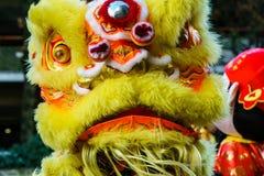VANCOUVER, CANADA - Februari 18, 2014: De mensen in Geel Lion Costume bij Chinees Nieuwjaar paraderen in de Chinatown van Vancouv Stock Foto's