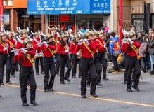 VANCOUVER, CANADA - Februari 2, 2014: De Middelbare school Viking Marching Band van het Burnabynoorden tijdens Chinese Nieuwjaarp royalty-vrije stock afbeeldingen