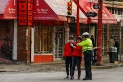 VANCOUVER, CANADA - Februari 18, 2018: De Politiemannen die van Vancouver aan mensen in de Chinatown van Vancouver spreken Stock Foto's