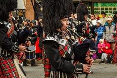 VANCOUVER, CANADA - Februari 2, 2014: de Schotse band maart van de kiltpijp in Chinese Nieuwjaarparade in Vancouver Canada Royalty-vrije Stock Fotografie