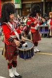 VANCOUVER, CANADA - Februari 2, 2014: de Schotse band maart van de kiltpijp in Chinese Nieuwjaarparade in Vancouver Canada Stock Fotografie