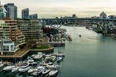Vancouver, Canada - Februari 9, 2018: Mening van Burrard-brug aan Granville Island en Vancouver de stad in Royalty-vrije Stock Foto