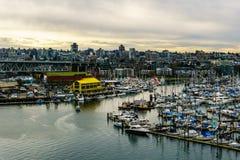 Vancouver, Canada - Februari 9, 2018: Mening van Burrard-brug aan Granville Island en Vancouver de stad in Royalty-vrije Stock Foto's