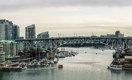 Vancouver, Canada - Februari 9, 2018: Mening van Burrard-brug aan Granville Island en Vancouver de stad in Stock Foto's