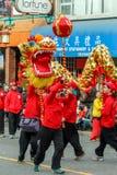 VANCOUVER, CANADA - Februari 2, 2014: Mensen die draakdans spelen voor Chinees Nieuwjaar in Chinatown Stock Foto