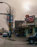 VANCOUVER, CANADA - Januari 14, 2018: BierCraftbistro op Cambie-straat en 17de Weg Vancouver BC bij mistige dag Stock Fotografie