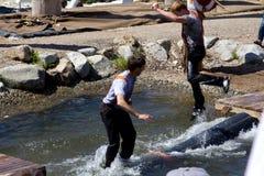 VANCOUVER, CANADA - 12 JUIN 2010 : Deux bûcherons participent au roulement de rondin de l'eau sur la montagne de grouse Images libres de droits
