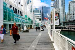 VANCOUVER, CANADA - JUNI 15 2018: Het stadscentrum met lange bureaugebouwen van Vancouver die van de waterkant worden gezien stock foto