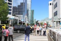 Vancouver Canada, 15 Juni 2018: Redactiefoto van mensen die de straat kruisen aan het overeenkomstcentrum E royalty-vrije stock afbeeldingen