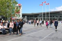Vancouver Canada, 15 Juni 2018: Redactiefoto van mensen die de straat kruisen aan het overeenkomstcentrum E stock foto