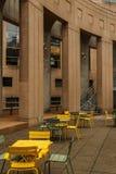VANCOUVER, CANADA - Oktober 5, 2018: rust streek in de centrale bibliotheek met concrete kolommenleunstoelen en metaallijsten stock foto's
