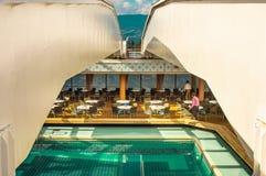 Vancouver, Canada - 12 settembre 2018: Stagno della piattaforma di lido, nave da crociera di Volendam fotografie stock libere da diritti