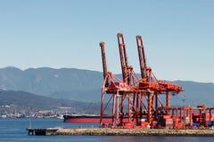 VANCOUVER, COLUMBIA/CANADA BRITANNICO - 14 AGOSTO: Gru rosse nella V fotografie stock libere da diritti