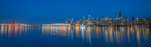 Vancouver del centro variopinta nella sera blu al parco di Stanley Fotografia Stock