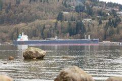 VANCOUVER DEL NORD, BC, IL CANADA - 09 APRILE, 2018: La petroliera vicino al parco rifornisce la raffineria di combustibile immagini stock